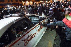 Michael Brown,  et les manifestants et un vehicule de police
