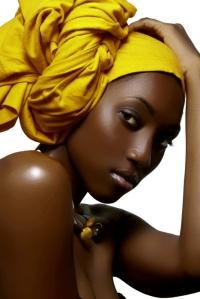 beaute noire fonce et mouchoir jaune
